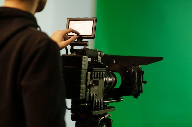Uma pessoa que toca na tela enquanto usa a câmera