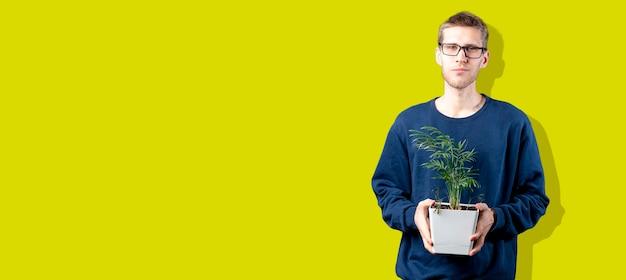 Uma pessoa segurando a planta da casa no vaso, se preocupa com o conceito de meio ambiente