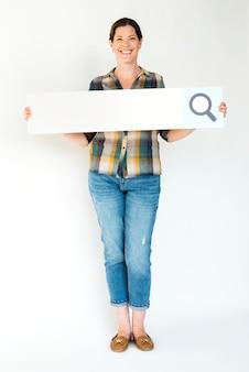 Uma pessoa segurando uma barra de pesquisa