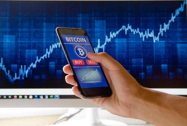 Uma pessoa usando criptomoedas bitcoin cardano ada ethereum conceito de investimento para ganhar dinheiro
