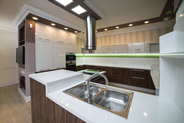 Uma pia de cozinha de aço duplo em estilo moderno