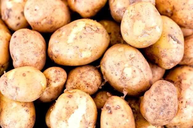 Uma pilha de batatas à venda no mercado