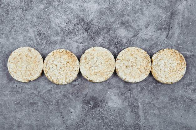 Uma pilha de biscoitos de arroz na mesa de mármore.