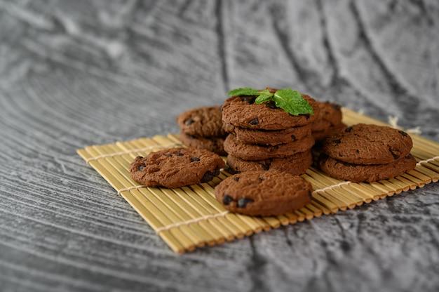Uma pilha de biscoitos em um painel de madeira em uma mesa de madeira
