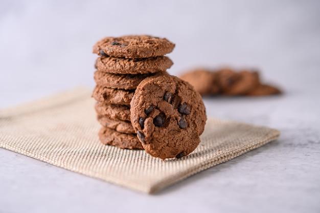 Uma pilha de biscoitos em um pano sobre uma mesa de madeira