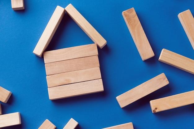 Uma pilha de blocos de madeira espalhados