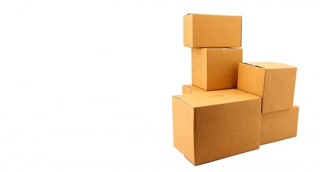 Uma pilha de caixas de papelão no fundo branco no estúdio, conceito de serviço de correio.