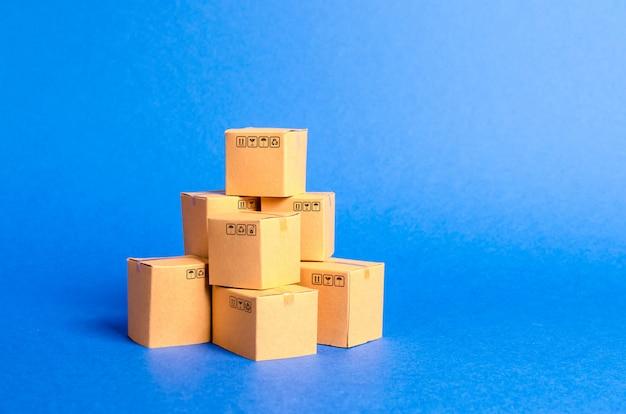Uma pilha de caixas de papelão. produtos, mercadorias, comércio e varejo.