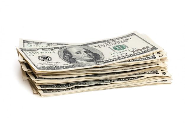 Uma pilha de cem notas de dólar em um fundo branco.