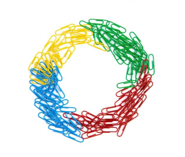 Uma pilha de clipes de papel vermelhos, verdes, azuis e amarelos fica no centro da folha