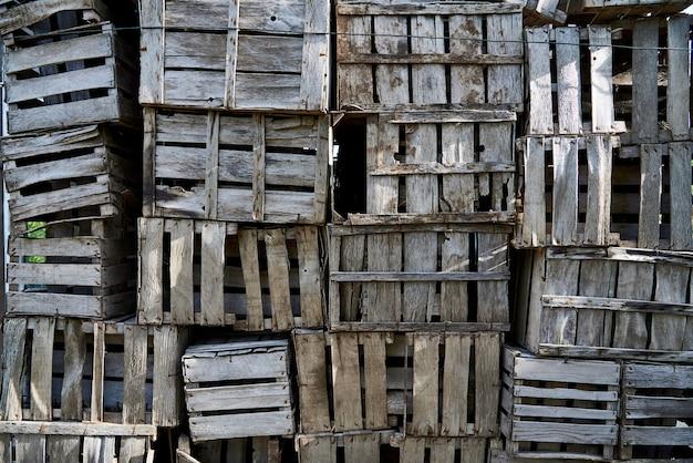 Uma pilha de close-up de caixas de madeira dobrada.