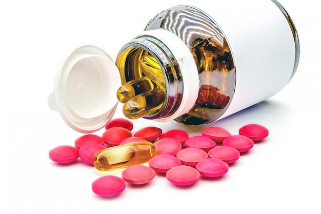 Uma pilha de comprimido medicamento e cápsula de vitamina.