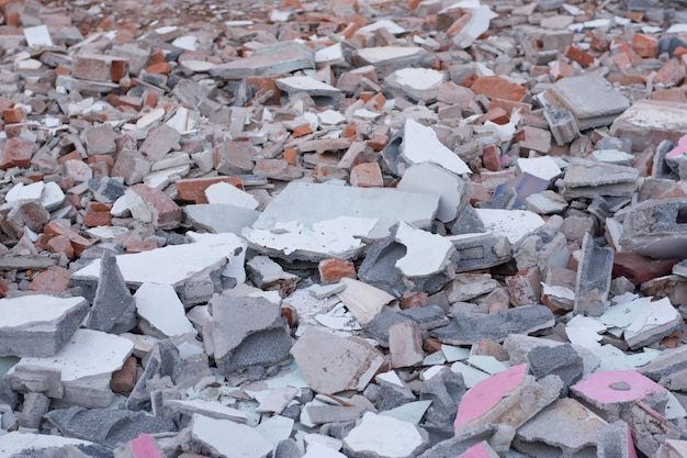 Uma pilha de concreto quebrado