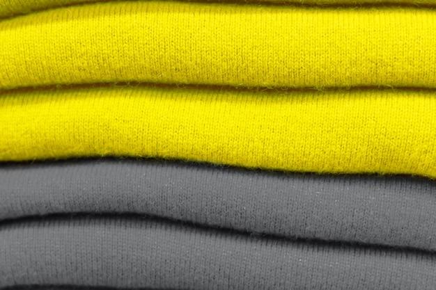 Uma pilha de cores da tendência de roupas 2021 iluminadas e cinza final.