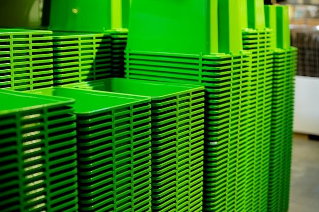 Uma pilha de cubetas plásticas recicladas em uma loja de diversos.