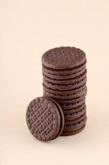 Uma pilha de deliciosos biscoitos de creme ou biscoitos
