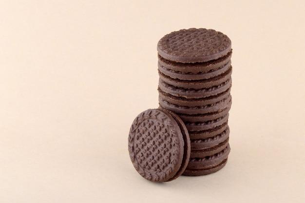 Uma pilha de deliciosos biscoitos ou biscoitos com creme