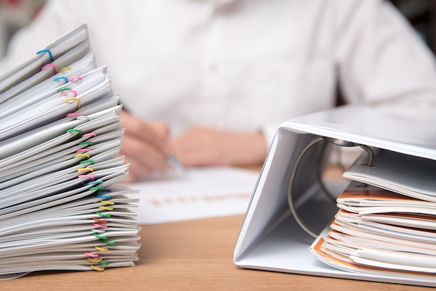 Uma pilha de documentos com o homem no documento.