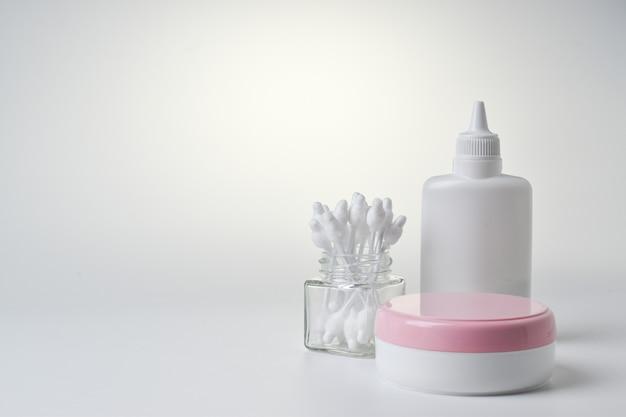 Uma pilha de fraldas e produtos de higiene em um fundo claro. calcinha de bebê descartável.