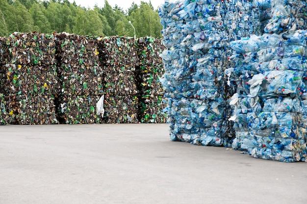 Uma pilha de garrafas de plástico extrudado em uma fábrica de coleta de lixo