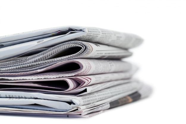 Uma pilha de jornais