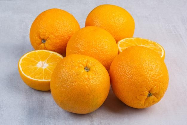 Uma pilha de laranjas frescas, no mármore.