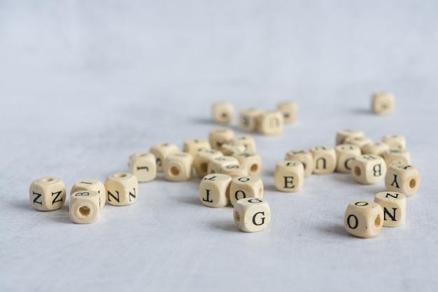 Uma pilha de letras latinas em desordem