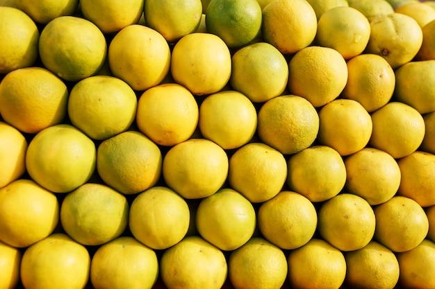 Uma pilha de linhas maduras e doces amarelas na tela inteira no mercado.
