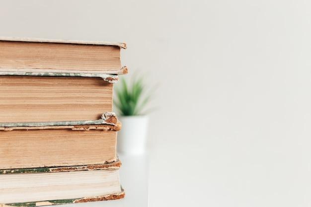 Uma pilha de livros antigos na biblioteca, conceito de aprendizagem, estudo e educação, conceito de ciência, sabedoria e conhecimento.