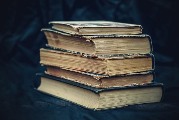 Uma pilha de livros antigos