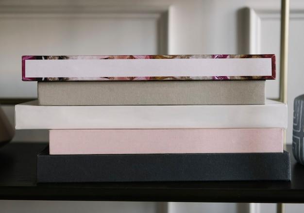Uma pilha de livros em uma prateleira