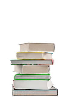 Uma pilha de livros grossos de capa dura isolada em um fundo branco