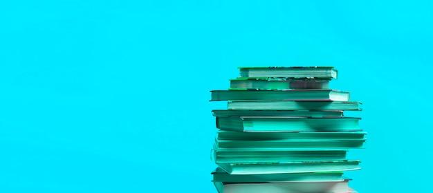 Uma pilha de livros isolados com design de espaço de cópia, conhecimento e sabedoria aprendendo na escola
