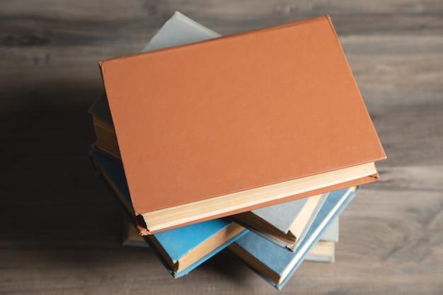Uma pilha de livros sobre a mesa.