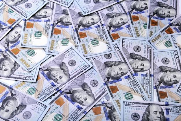 Uma pilha de notas de dólar.