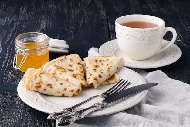 Uma pilha de panquecas com mel para maslenitsa