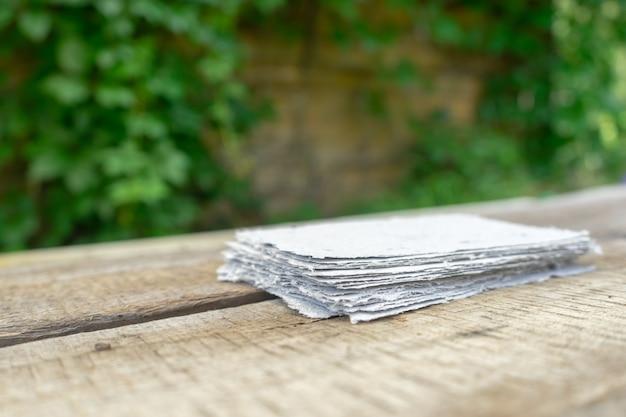 Uma pilha de papel feito à mão. reciclagem de resíduos de papel.