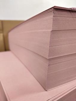 Uma pilha de papel offset em branco está pronta para imprimir