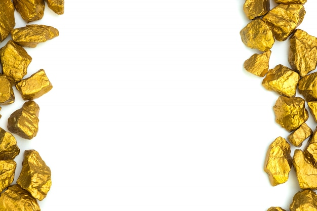 Uma pilha de pepitas de ouro ou de minério de ouro no fundo branco, na pedra preciosa ou na protuberância do conceito dourado da pedra, o financeiro e do negócio.