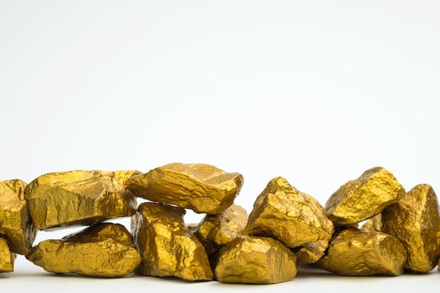 Uma pilha de pepitas de ouro ou minério de ouro sobre fundo preto