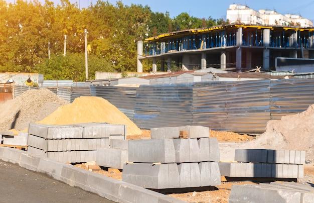 Uma pilha de pilha para canteiro de obras. foto de fundo de materiais da indústria