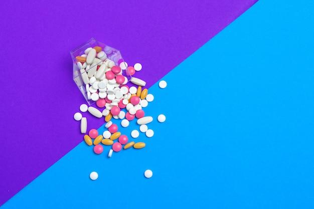 Uma pilha de pílulas multicoloridas. vista do topo.