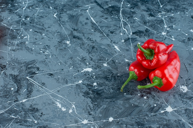 Uma pilha de pimentas vermelhas na superfície do mármore