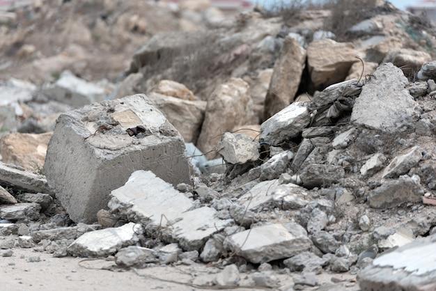 Uma pilha de resíduos de construção em um aterro sanitário. foco seletivo
