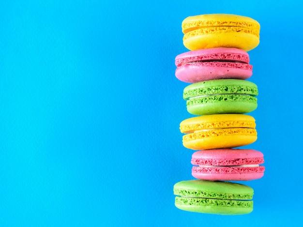 Uma pilha de seis macarons coloridos