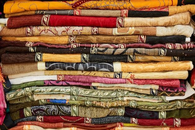 Uma pilha de têxteis de tecido colorido turco como pano de fundo.