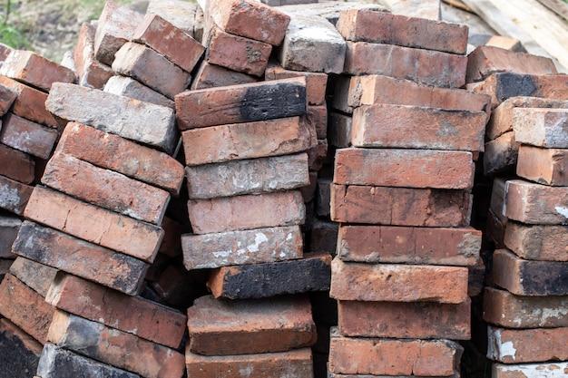 Uma pilha de tijolos de fogo vermelhos não novos para colocar um fogão doméstico.