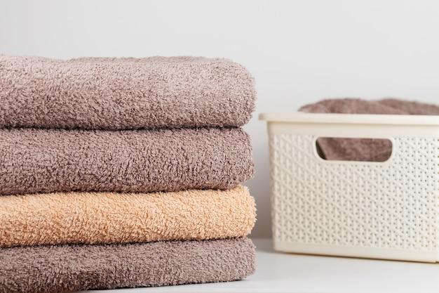 Uma pilha de toalhas de banho frescas dobradas na tabela.