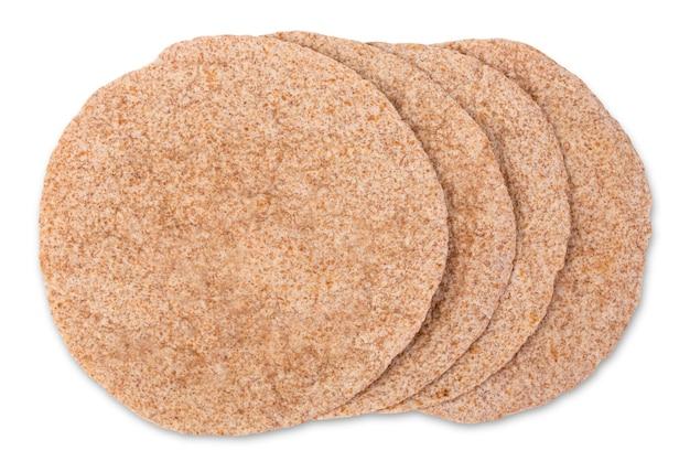 Uma pilha de tortilhas de milho em um fundo branco