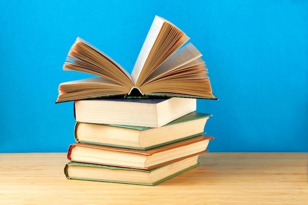 Uma pilha de um livro na mesa